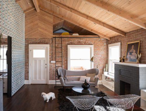 Speelse woonkamer met een mix van materialen