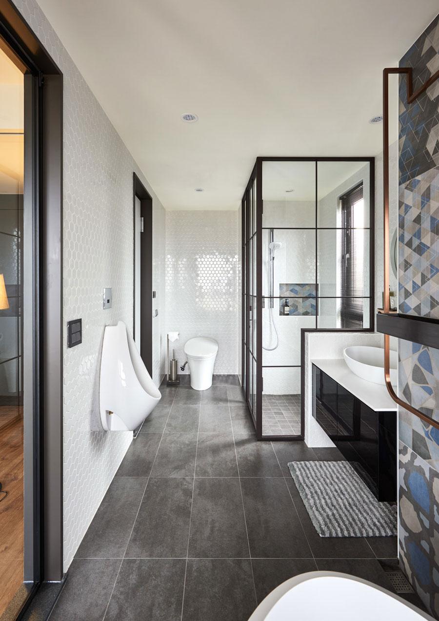 In deze moderne badkamer, ontworpen door Partidesign & CHT Architect, hebben ze naast een urinoir ook gekozen voor een modern staand toilet. Klik hier om meer foto's te bekijken.