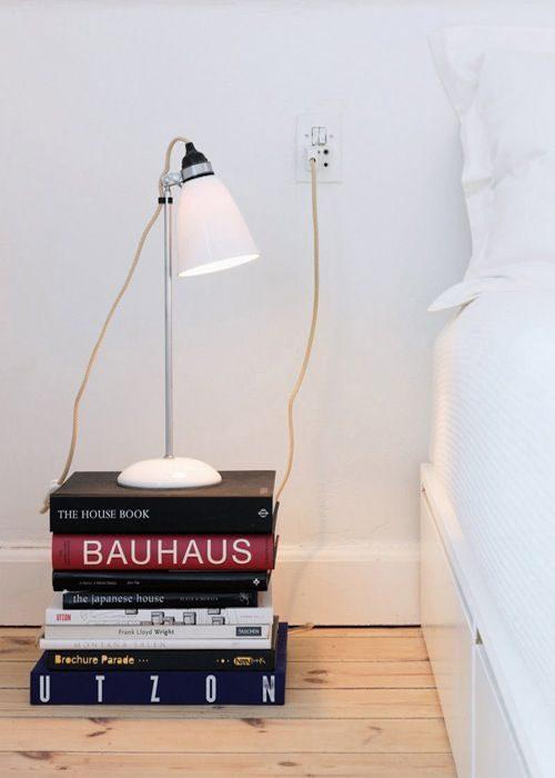 stapels boeken nachtkastje