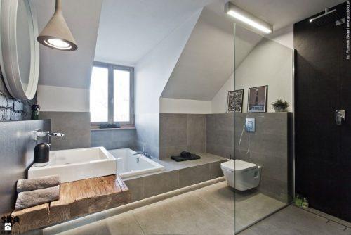 Stoere badkamer van zolder appartement