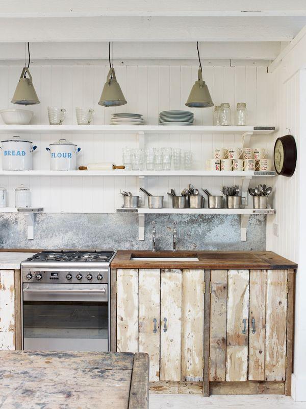 Stoere landelijke keuken van een strandhuis