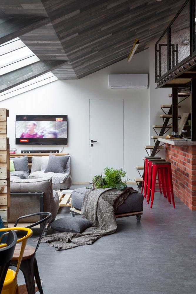 Stoere loft woonkamer met schuine wand