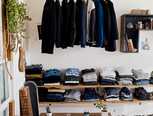 Stoere slaapkamer met open kledingkast