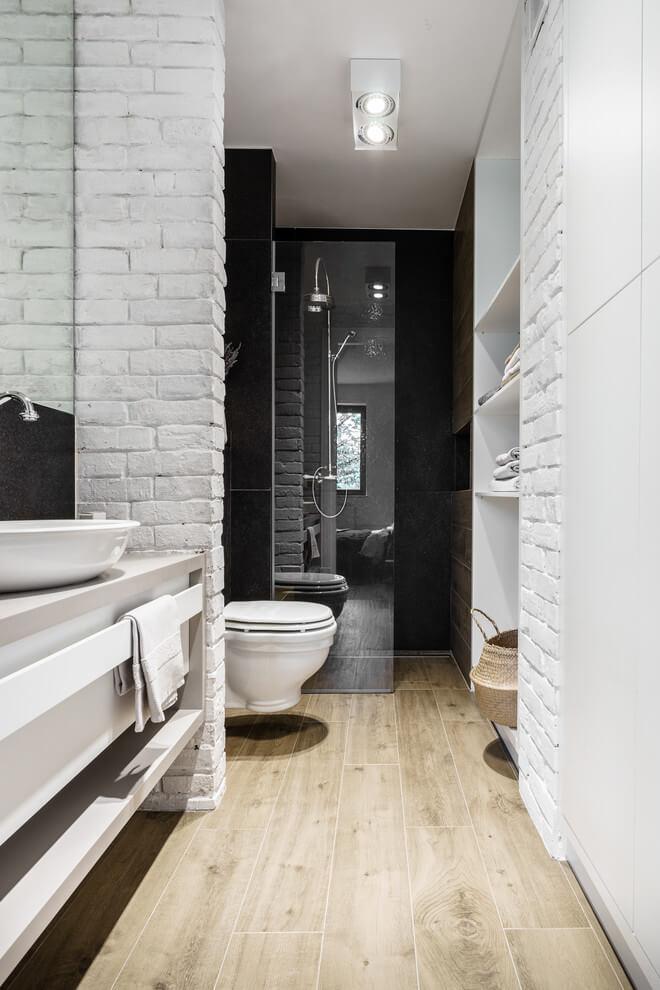 Stoere smalle badkamer in Poolse loft