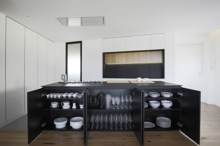 strak-zwart-kookeiland-opbergruimte
