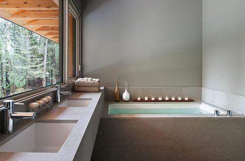 Strakke badkamer in traditioneel houten familiehuisje