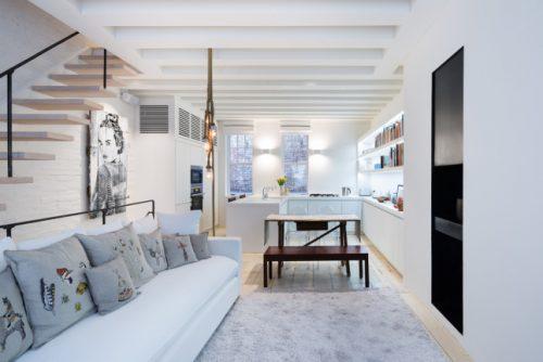 Strakke moderne woonkamer in een karakteristiek appartement