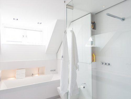 Strakke witte badkamer