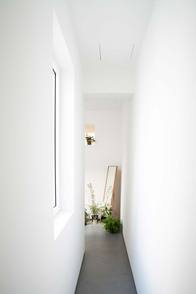 strakke witte muren smalle hal