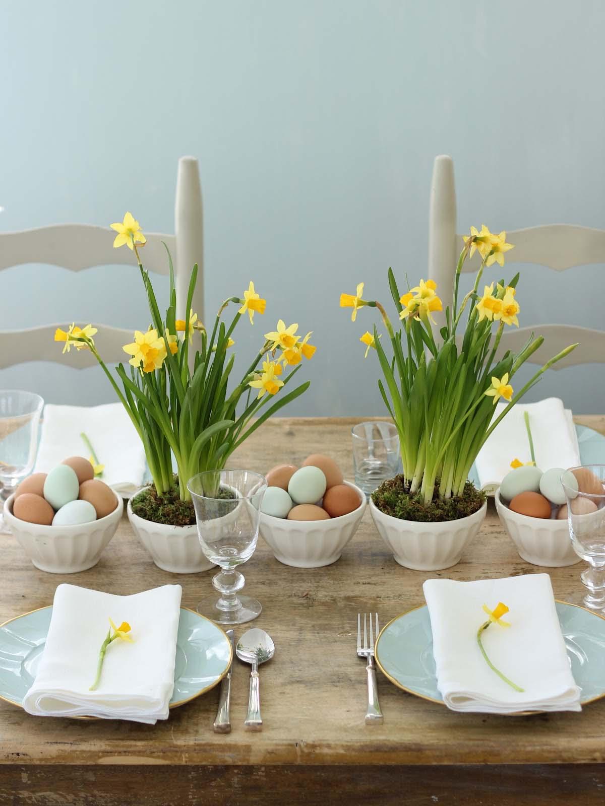 tafel dekken Pasen bloemen