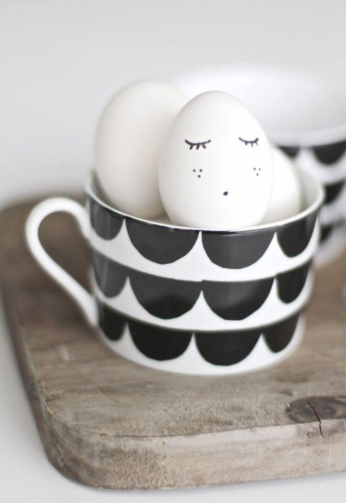 tafel dekken Pasen eieren schilderen