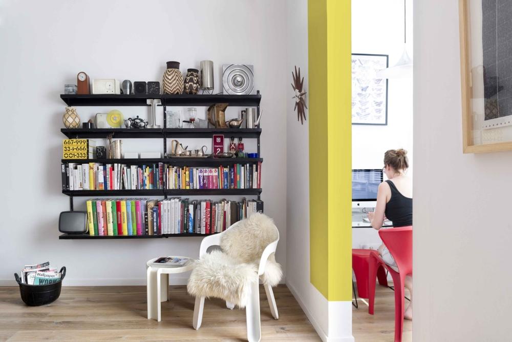 Deze thuiswerkplek is op een hele leuke manier in de woonkamer ingericht