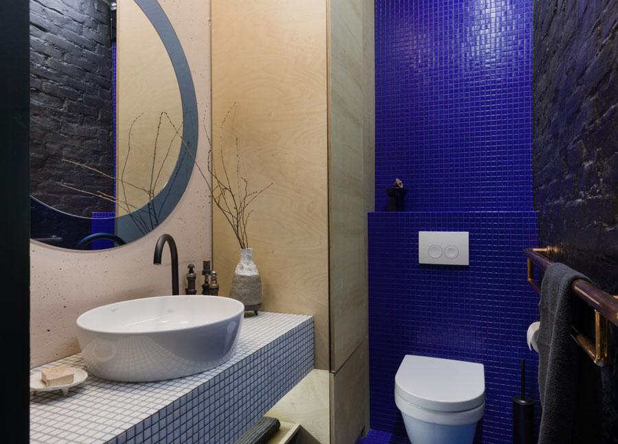 toilet inspiratie blauwe mozaiektegeltjes