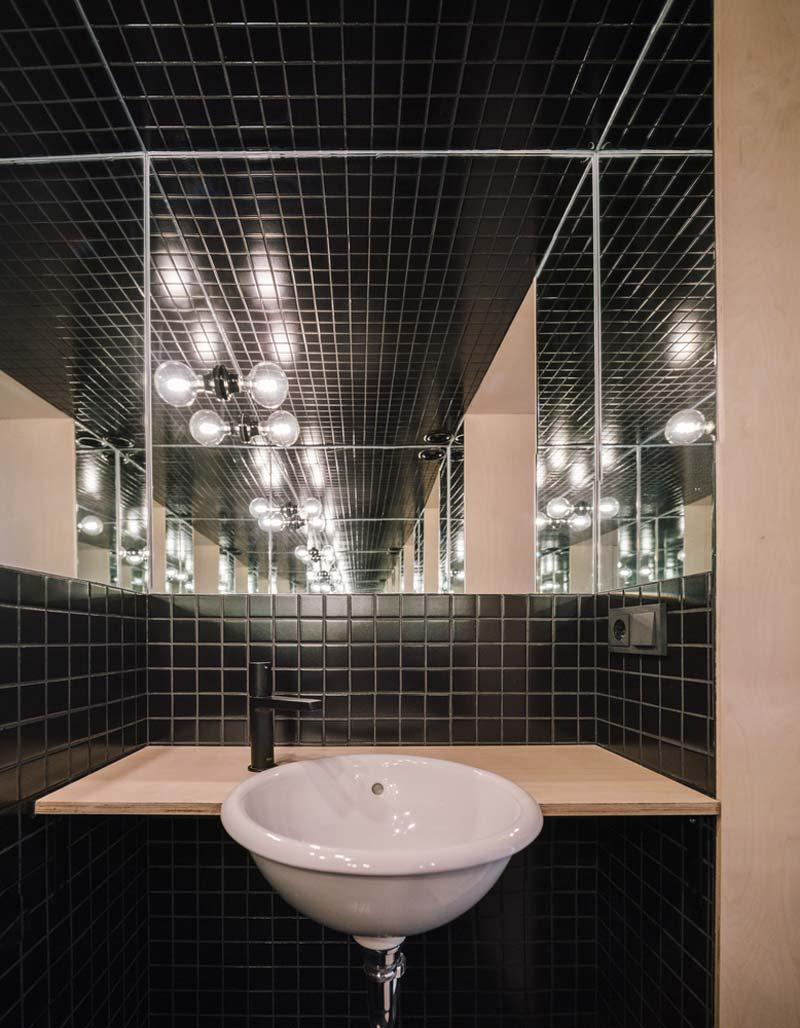 toilet inspiratie zwarte mozaiektegeltjes