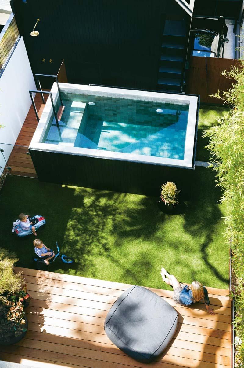 Tuin met luxe opzetzwembad
