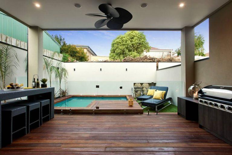 Tuin met overdekt gedeelte en open zwembad