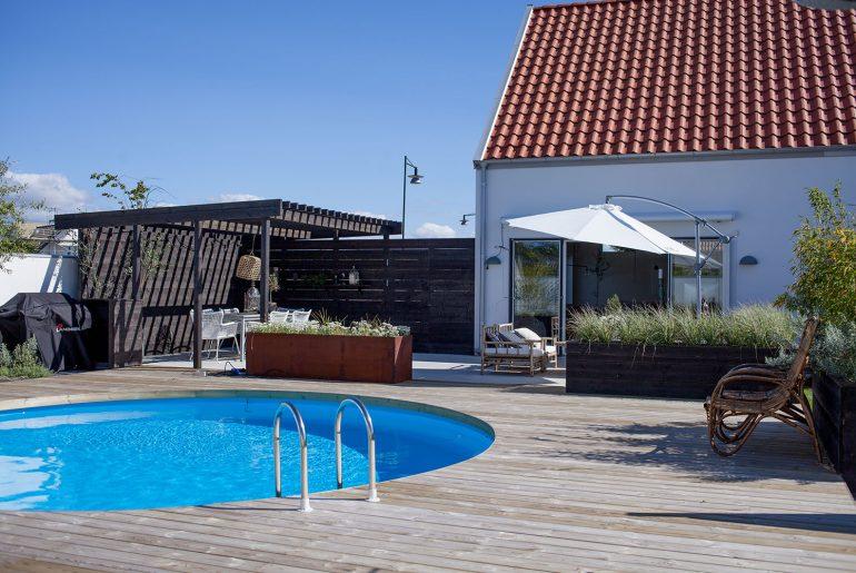 Tuin met rond zwembad