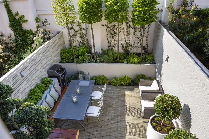 Garden Club London heeft deze kleine moderne tuin ontworpen, met plek om te loungen, te eten, en ook heel veel groen.