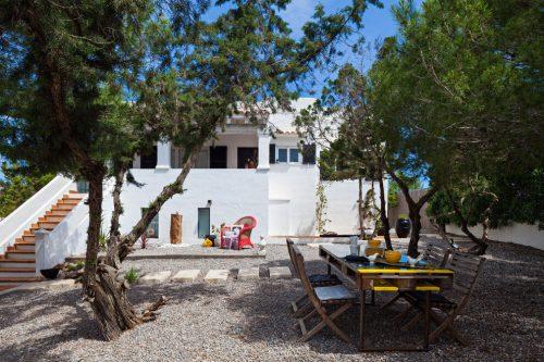 Vakantie sfeer in tuin op eiland Formentera