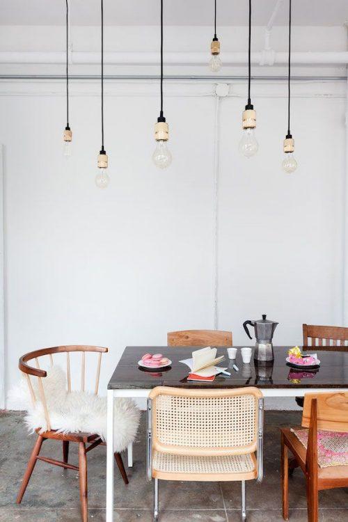 Verschillende stoelen om eettafel