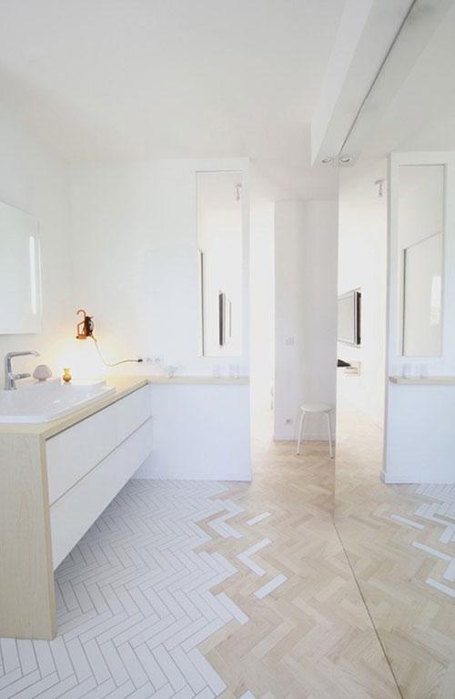Visgraat houten vloer in badkamer