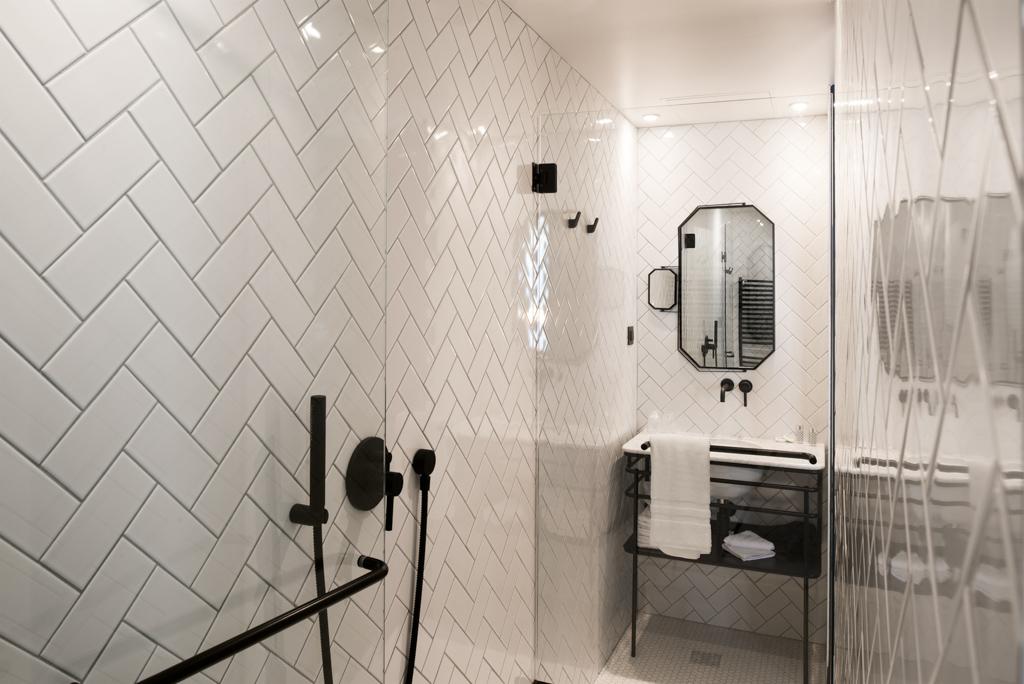 visgraat-tegels-badkamer-wit