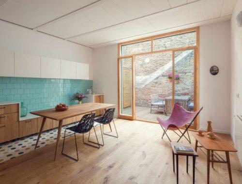 Vrolijke keuken met openslaande deuren naar de tuin