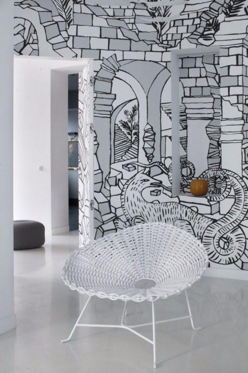 Wit interieur en grafische muurschilderingen