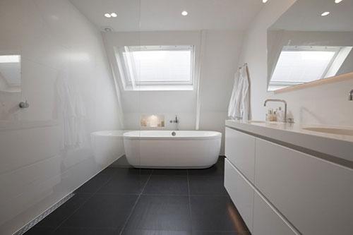 Witte badkamer met donkere vloer