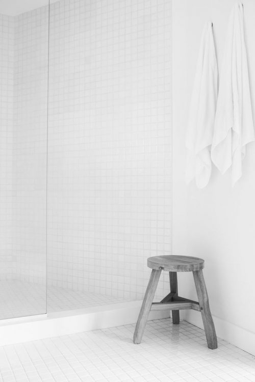 Witte badkamer met zwarte details