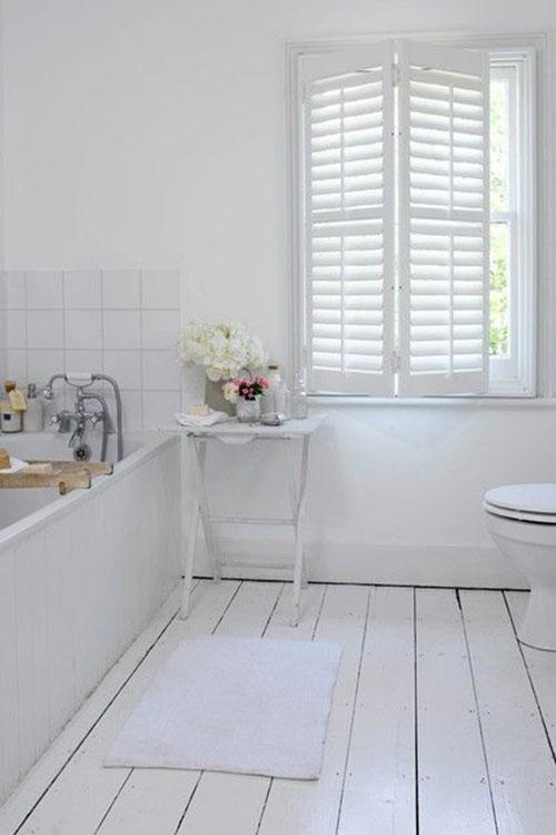 Witte houten vloer in badkamer