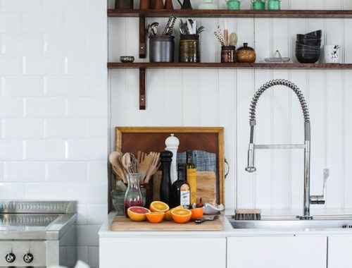 Witte keuken en houten planken