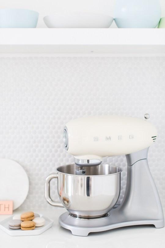 Witte keuken met pastelkleuren