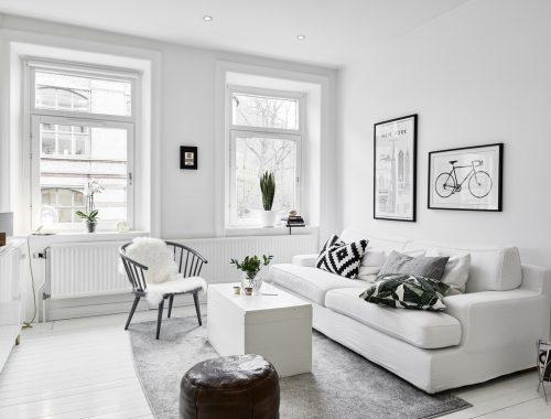 Witte meubels in een witte woonkamer