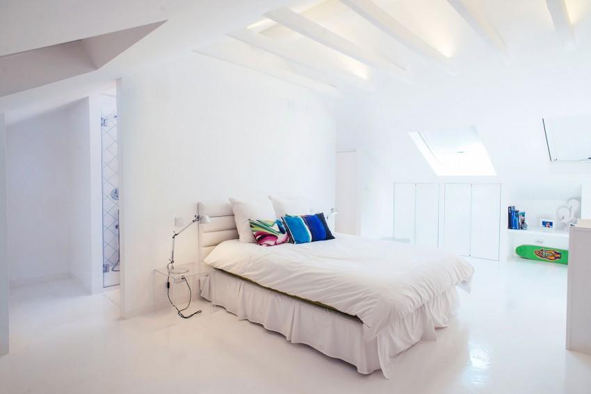 Ruime witte slaapkamer
