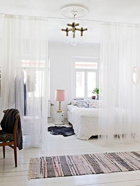 Witte slaapkamer met gordijnen