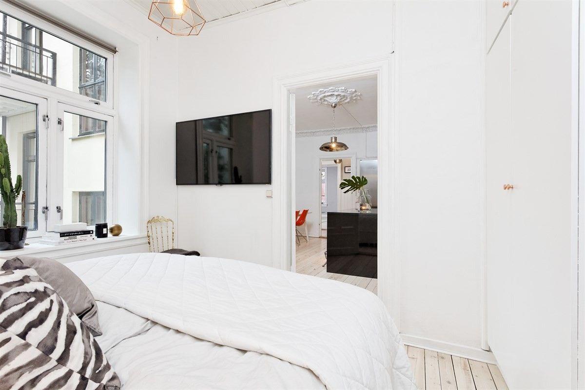 Witte slaapkamer met gouden accenten