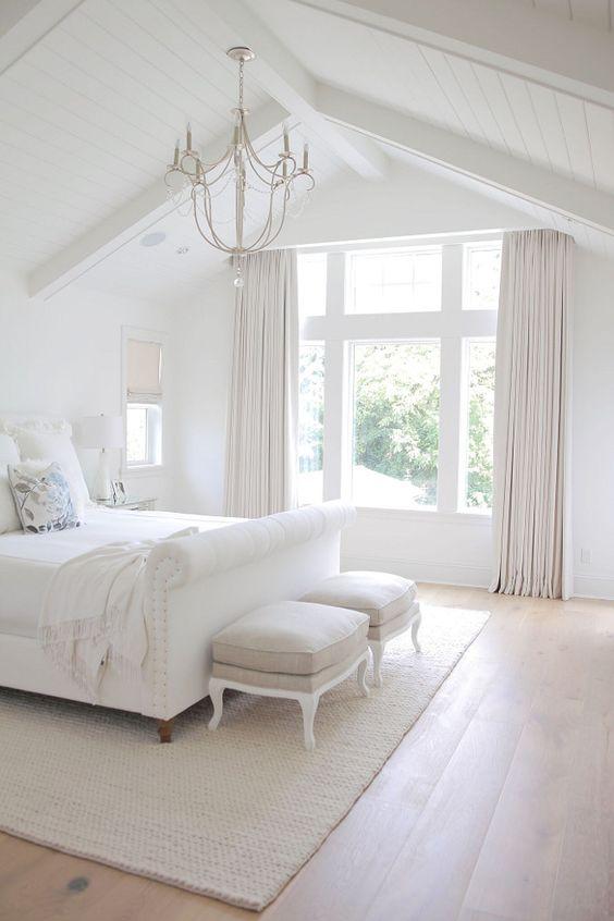 Witte slaapkamer met houten vloer