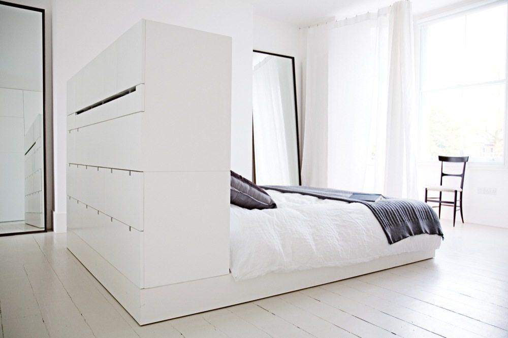 Witte slaapkamer met hoofdbord kast