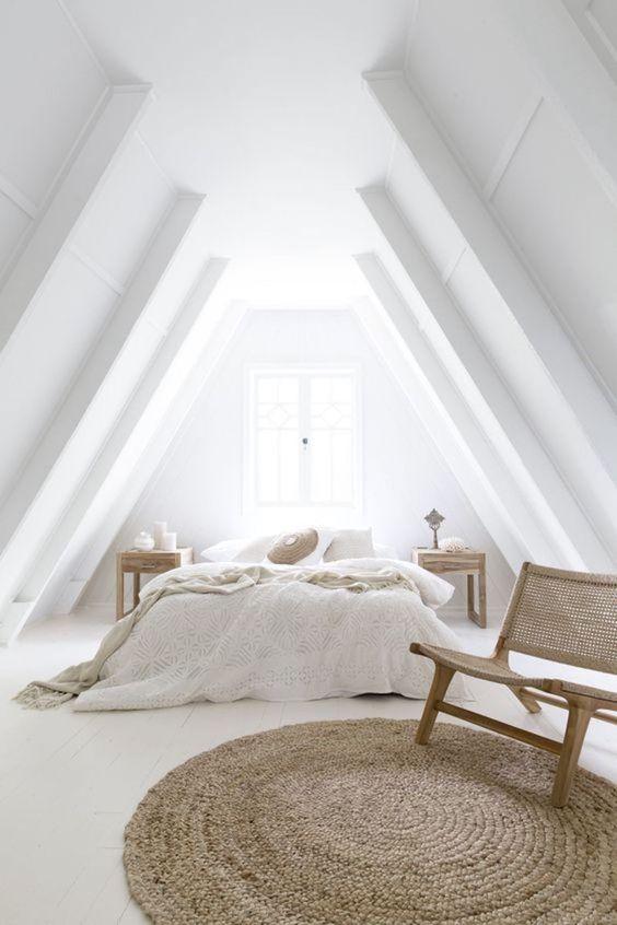 Witte slaapkamer met warme houttinten