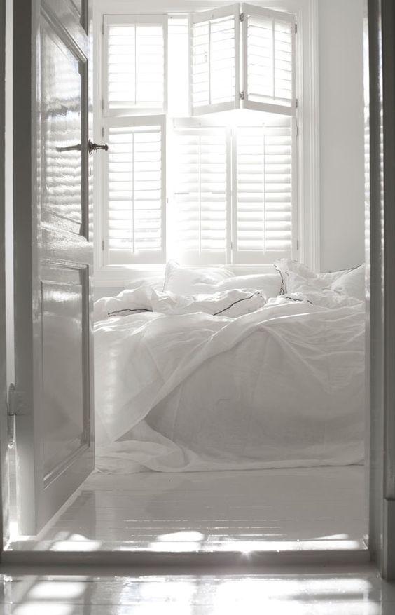 Witte slaapkamer met witte shutters