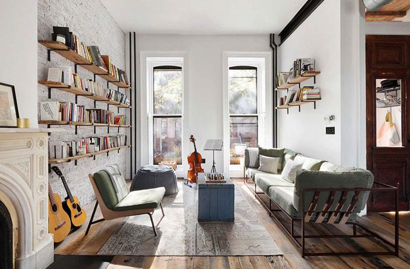 Stoere woonkamer met houten boekenplanken aan de muur