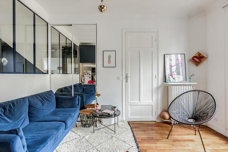 woonkamer ideeën - grote spiegelwand in kleine woonkamer