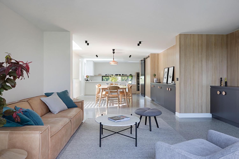 woonkamer ideeën - Moderne woonkamer met houten wandbekleding