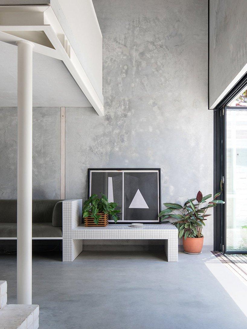 Woonkamer ideeen - Stoere industriele woonkamer met betegelde bank en tafel