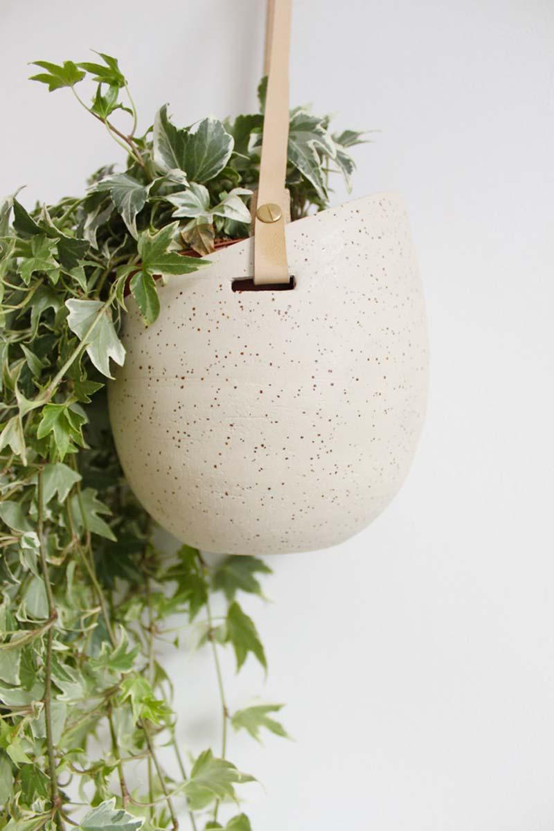 woonkamer ideeen planten ophangen - gespikkelde plantenpot