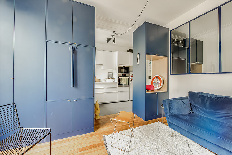 woonkamer ideeen - grote op maat gemaakte blauwe scheidingswand kast tussen open keuken en woonkamer