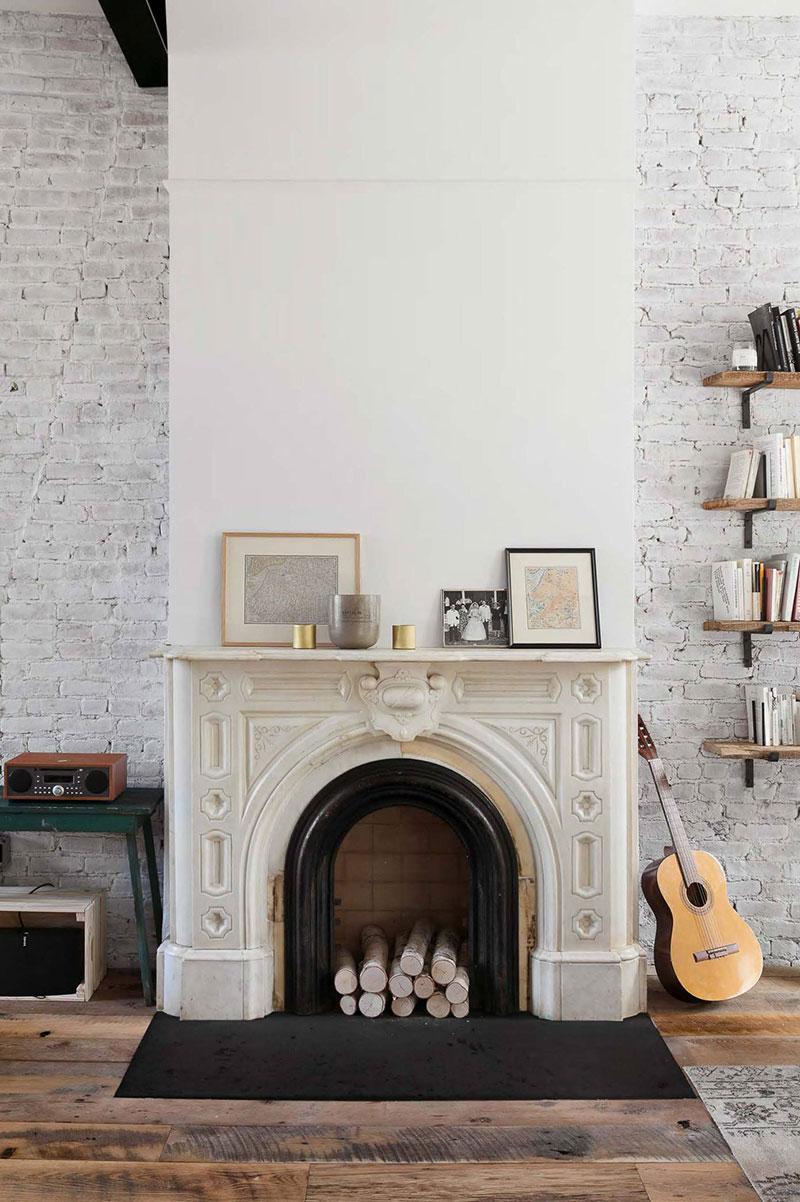 Woonkamer ideeen - mooie schouw decoreren met houtblokken en lijsten