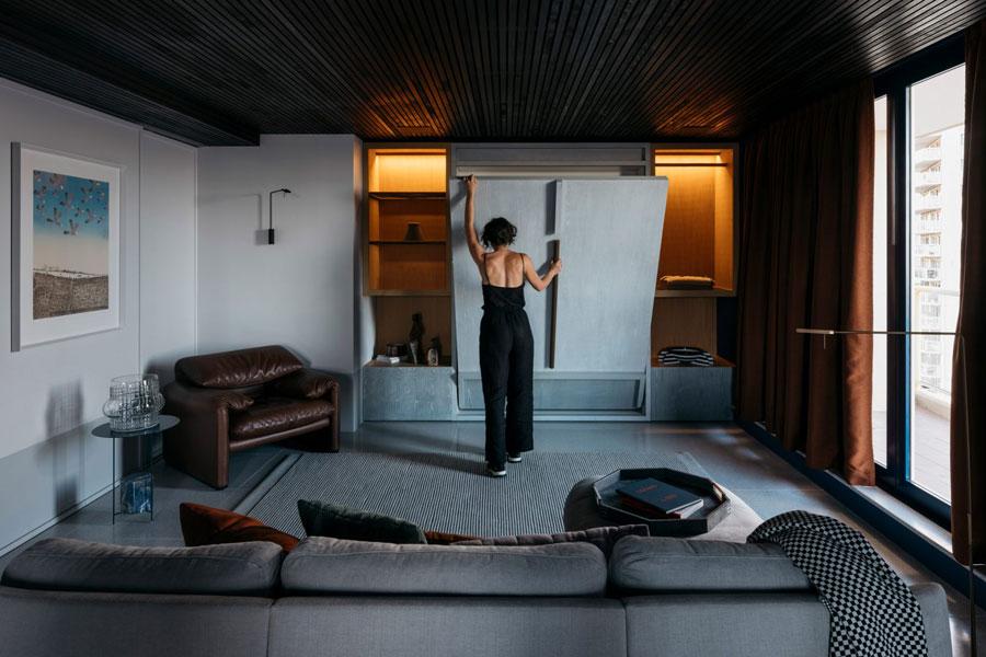 Moderne sfeervolle woonkamer met sfeerverlichting in kast