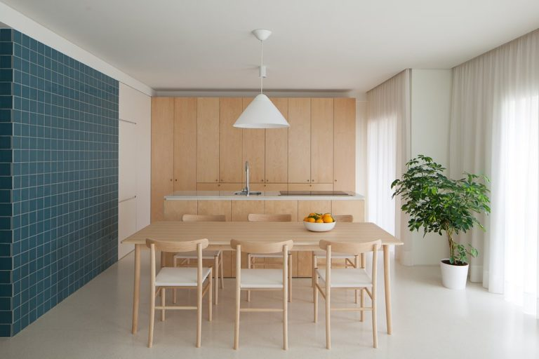 Deze woonkamer kan middels een harmonica schuifwand afgesloten worden van de open keuken